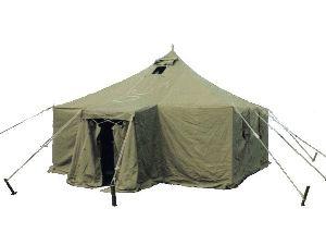 Армейская палатка УСТ-56 для размещения личного состава: 10 чел. на отдельных кроватях, 20 чел. на двухъярусных кроватях и до 36 чел. на двухъярусных нарах. Палатка используется для медико-санитарно-технических целей.